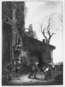 Jagers en een plassend paard bij een huis