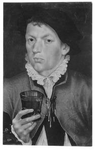 Portret van een jonge man met een glas in de rechterhand