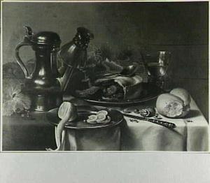 Stilleven met kan en roemer, brood en geschilde citroen en aangesneden pastei