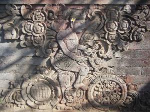 Detail van een tempelreliëf met fietser, traditioneel geïdentificeerd als Wijnand Otto Jan Nieuwenkamp (1874-1950) die in 1904 Bali per fiets verkende