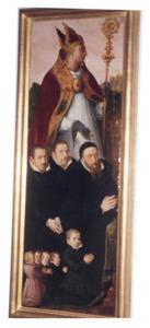 Memorietafel met groepsportret van acht mannen en kinderen