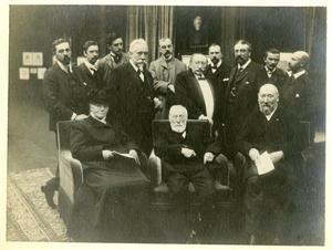 Bestuur en leden van de Hollandsche Teekenmaatschappij bij de opening van de tentoonstelling van de maatschappij in Pulchri Studio op 2 september 1905