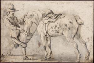 Paardenknecht drenkt een gezadeld paard