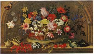 Stilleven van een mand met bloemen omgeven door schelpen en klein gedierte in een nis