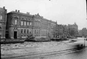 Het Rokin met uitzicht op de Nederlandse Bank vanuit het gebouw van Arti et Amicitiae te Amsterdam