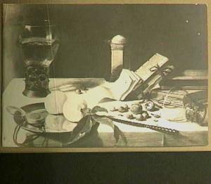 Stilleven met horloge, boeken, vruchten, noten, mes en glazen