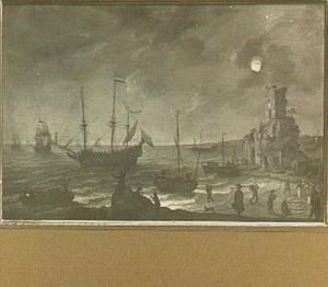 Hollandse schepen voor een kust bij volle maan met op het strand een visafslag