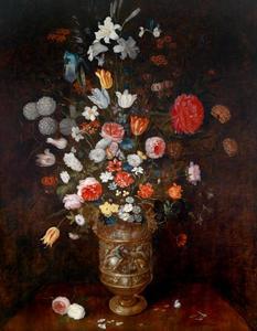 Bloemen in een deels vergulde vaas met daarop een voorstelling van een ruitergevecht