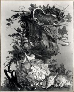 Stilleven met schelpen, bloemen en vogels bij een geornamenteerde vaas