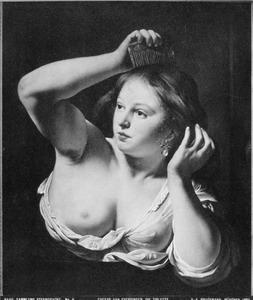 Jonge vrouw die haar haar kamt
