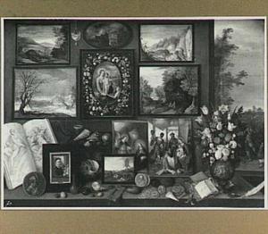 Kunstkamer met schilderijen, schelpen, munten en een boeket bloemen, met rechts kunst verwoestende ezels