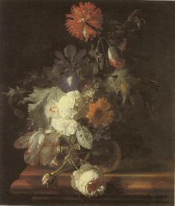 Bloemstilleven in een glazen vaas op een marmeren balustrade