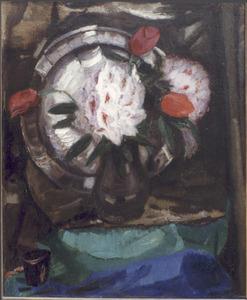 Stilleven met rhododendrons, tulpen en tinnen bord