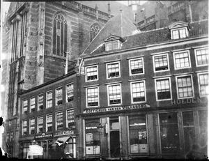 Nieuwezijds Voorburgwal met gezicht op de zijgevel van de Nieuwe Kerk te Amsterdam