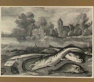 Vissen op de oever van een rivier; aan de overkant een dorp