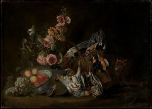 Stilleven van boeket bloemen in een glazen vaas, vruchten in een chinese kom en een mand met verschillend gevogelte; rechts een kat