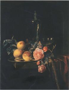 Stilleven met rozen, perziken en glaswerk