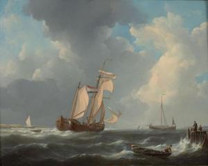 Kofschip temidden van andere vaartuigen onder zeil nabij een kust
