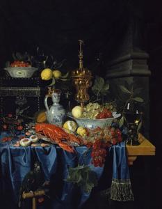 Stilleven met kreeft, porseleinen kommen met fruit, een roemer en een akeleibeker op een deels gedekte tafel
