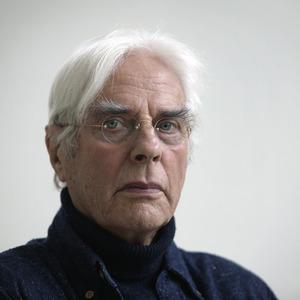 Portret van Herman Gordijn in zijn atelier