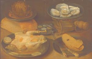 Stilleven met een gebraden kapoen, oesters, brood en een artisjok