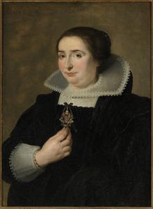 Portret van een vijfendertigjarige vrouw, met haar hand aan een sieraad waarop de kruisiging staat afgebeeld