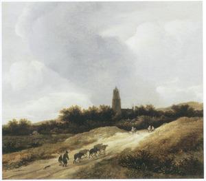 Duinlandschap met veedrijvers en reizgers, op de achtergrond een kerktoren