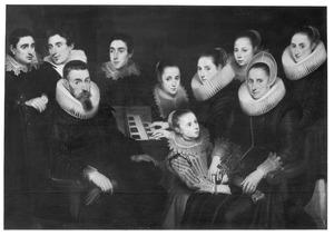 Familieportret van echtpaar met acht kinderen