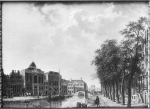 Gezicht op de Hoogduitse Synagoge en de Nieuwe Synagoge aan de Deventer Houtmarkt te Amsterdam; in het midden de brug over de Muidergracht en daarachter het Oudezijds Huiszittenhuis aan het Waterlooplein