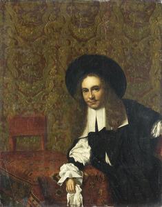 Jonge man op een tafel leunend, in een met goudleer behangen interieur