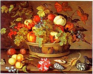 Stilleven van fruit in een mand op een tafel met bloemen en schelpen