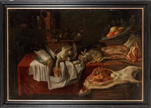 Stilleven met verschillende vogels in een mand, samen met konijnen, een schotel met vruchten, asperges en twee papegaaien op een gedekte tafel en een lamszijde op een andere mand