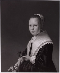 Portret van een jong meisje met bloemetjes en een tasje in haar handen