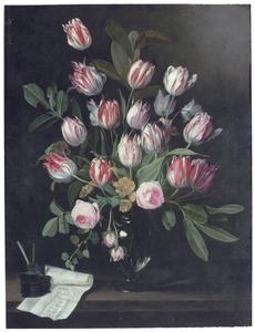 Tulpen en rozen in een glazen vaas, met een benoeming van diverse tulpen