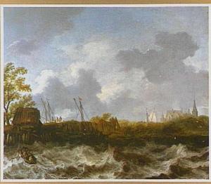 Stormachtig weer met een gezicht op een dijk waarachter schepen liggen afgemeerd