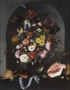Bloemen in een glazen vaas in een nis, met schelpen en een horloge