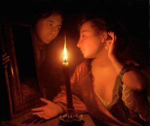 Jonge vrouw bewondert een oorhanger bij kaarslicht