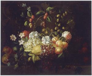 Guirlande van vruchten en bloemen hangend voor een stenen relief