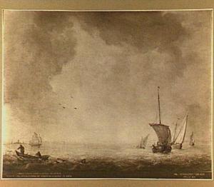 Schepen op open water met links op de voorgrond twee vissers in een roeiboot