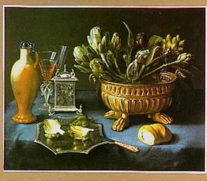 Stilleven met artisjokken in een koeler en op een schaal, met drinkgerei, een broodje en een zilveren zoutvat