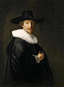 Portret van een man, staande onder een doorgang