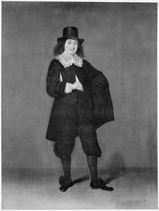 Portret van een jonge man met hoge hoed