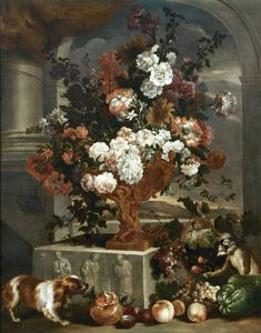 Stilleven van bloemen in een gedecoreerde vaas, met een aapje en een hond temidden van vruchten