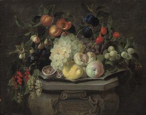 Vruchtenstilleven op een gebeeldhouwde sokkel
