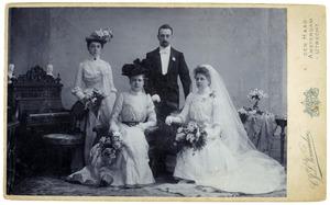 Portret van Christoffel Kuipers (1878-1943), Dirkje Catharina Johanna Witteveen (1876-1935) en twee bruidsmeisjes