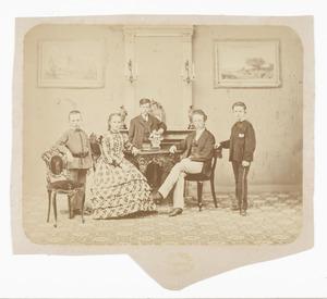 Portret van Cornelis Bastiaan Nederburgh (1858-1943), Izak Alexander Nederburgh (1861-...) en drie kinderen van Cornelia Charlotte Theben Tervile
