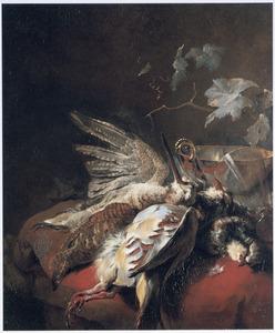Dode vogels, een brandewijnkom en een wijnglas op een kussen