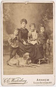 Portret van Matthea Andrea Schuller tot Peursum (1856-1927) en drie kinderen