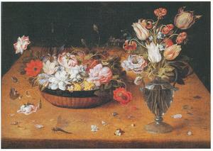 Bloemen in een mand en bloemen in een glazen vaas