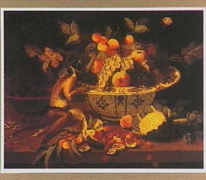 Een aapje bij een porseleinen schaal met vruchten
